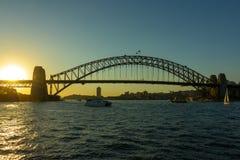 在日落的悉尼港桥与美丽的天空在背景中 库存照片