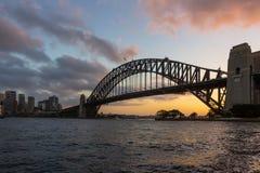 在日落的悉尼港桥,澳大利亚的偶象地标 免版税库存图片