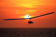 在日落的悬挂式滑翔机 免版税图库摄影