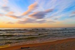 在日落的惊人的层云形成在波罗的海 免版税库存照片