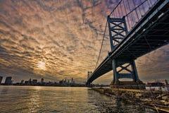 在日落的手足城市爱 库存照片