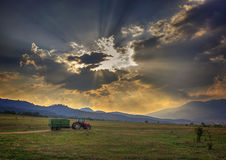 在日落的拖拉机 库存照片