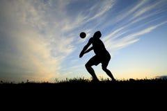在日落的排球剪影 免版税库存照片