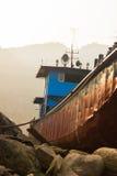 在日落的搁浅的船 库存图片