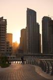在日落的摩天大楼silhuette在迪拜小游艇船坞 免版税库存图片