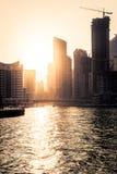 在日落的摩天大楼silhuette在迪拜小游艇船坞 免版税图库摄影