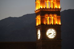 在日落的教会时钟塔 库存照片