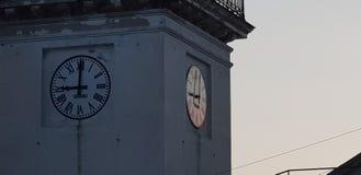 在日落的教会时钟 免版税库存照片
