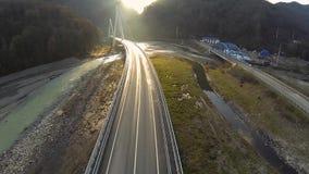 在日落的敞蓬车乘驾在桥梁 股票视频