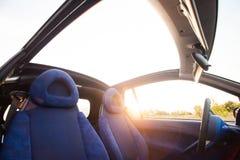 在日落的敞蓬车汽车在夏天 库存照片