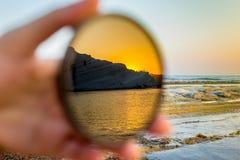 在日落的斯卡拉dei Turchi在照相机的过滤器反射了 库存图片