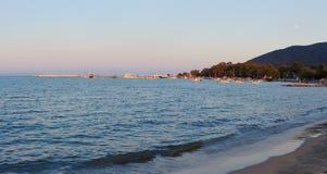 在日落的斯塔夫罗斯海滩 免版税图库摄影