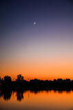 在日落的新月形月亮 图库摄影