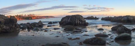 在日落的新月形海湾海滩 库存图片