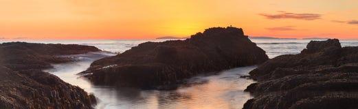 在日落的新月形海湾海滩 库存照片