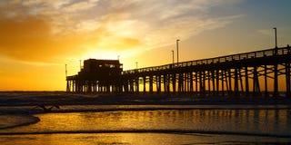 在日落的新港海滨加利福尼亚码头 免版税库存图片