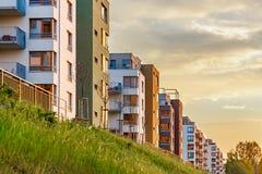 在日落的新的现代复杂美丽的公寓平的修造mortage 免版税库存照片