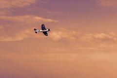 在日落的无线电操纵的玩具飞机 RC模型飞机flyin 免版税库存图片