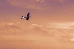 在日落的无线电操纵的玩具飞机 RC模型飞机flyin 免版税库存照片
