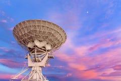 在日落的无线电望远镜 免版税库存照片