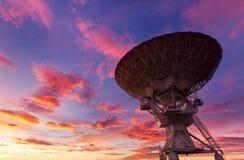在日落的无线电望远镜 免版税库存图片
