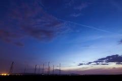 在日落的无线电铁塔在夏天 库存照片