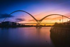 在日落的无限桥梁在斯托克顿在发球区域 图库摄影