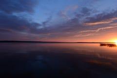 在日落的晚上天空在湖水表面 库存图片