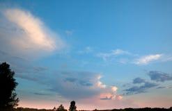 在日落的晚上天空 库存图片