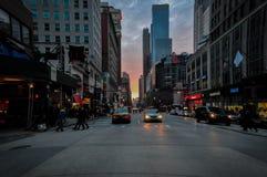 在日落的曼哈顿下城交通在NYC,美国 库存照片