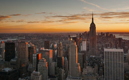 在日落的曼哈顿中城地平线 免版税库存图片