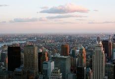 在日落的曼哈顿地平线 免版税库存照片