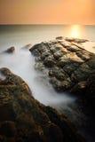在日落的最低纲领派有薄雾的海景 免版税图库摄影