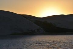 在日落的最大的沙丘从在星期天河附近的南非在Addo大象附近的科尔切斯特停放 免版税库存照片