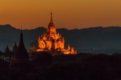 在日落的有启发性Htilominlo寺庙 免版税库存照片