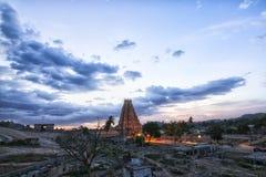 在日落的有启发性Virupaksha寺庙 免版税库存图片