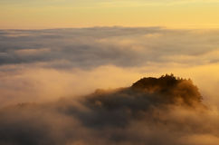 在日落的有雾的峰顶,大瑟尔 免版税库存照片