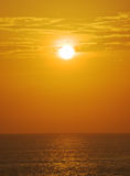 在日落的有雾的海洋 免版税库存照片