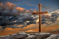 在日落的木十字架 免版税库存照片