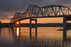 在日落的桁架桥 库存图片