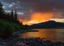 在日落的桃子雨 图库摄影