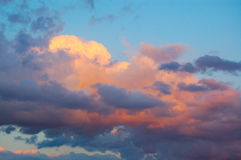 在日落的桃红色云彩 免版税库存照片
