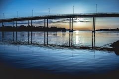 在日落的桥梁在斯塔万格 免版税图库摄影