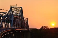 在日落的桥梁 免版税库存图片