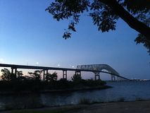 在日落的桥梁 免版税库存照片