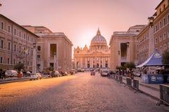在日落的梵蒂冈 圣彼得圆顶大教堂在罗马,意大利 罗马教皇的位子 免版税图库摄影