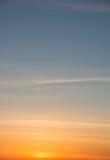 在日落的橙色和蓝天 库存照片