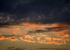 在日落的橙黄和红色云彩 免版税库存图片