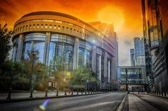 在日落的欧洲议会大厦。布鲁塞尔,比利时 库存照片