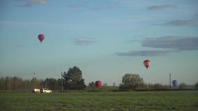 在日落的气球飞行 股票视频